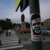На вулицях Хмельницького наклеїли зображення обличчя Януковича з червоною міткою – ФОТО