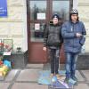 На порозі Хмельницької ОДА лежить киломок з Януковичем, у якого витирають ноги – ФОТО