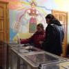 На центральних дільницях Хмельницького без порушень, але і без виборців