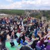 У Кам'янці-Подільському 200 людей впродовж години виконували вправи з йоги