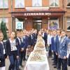 Учні Хмельницької гімназії №1 відправили на Схід для воїнів української армії 3250 тістечок