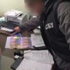 На хабарі за прискорене оформлення закордонного паспорта затримали чиновника міграційної служби Хмельниччини