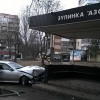 У Хмельницькому п'яний водій, який розбив автівку в зупинку громадського транспорту, намагався втекти