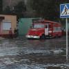 По коліна у воді – у Хмельницькому рятувальники ліквідовували наслідки затоплень вулиць