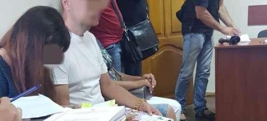 Суд призначив цілодобовий арешт хмельницькому активісту, якого підозрюють у шахрайстві