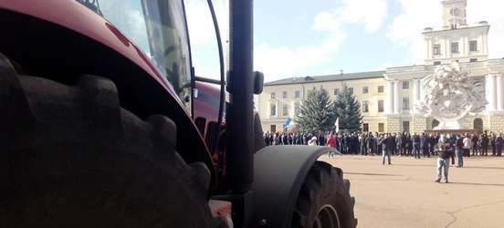 Ринок землі: на Хмельниччині аграрії перекривали дорогу і загнали трактори під облдержадміністрацію