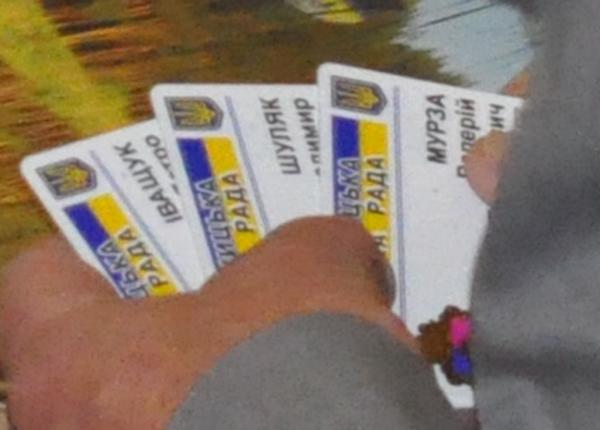 Картки інших депутатів у регіонала Войтюка. Фото Віталія Тараненка