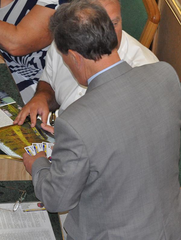 Регіонал Войтюк тримає чужі картки для голосування. Фото Віталія Тараненка
