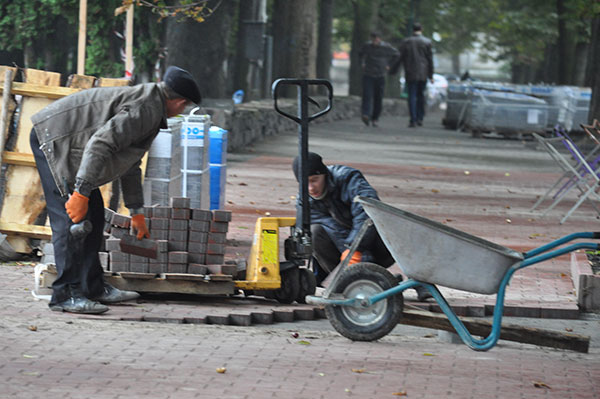 Тротуарні роботи у свято