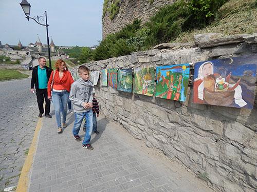 Акцентом свята стало монтування найдовшої в Україні стріт-арт галереї «Мости єднання» із більш ніж 4 тисяч дитячих та юнацьких малюнків. Представники Книги рекордів України зафіксували рекордну протяжність галереї у 1330 метрів.