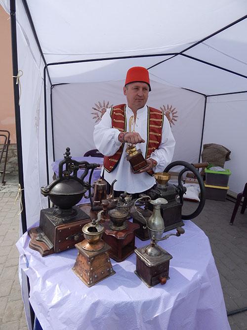 Кавовар Олег Ващинський демонструє частину своєї раритетної колекції кавоварок та кавомолок