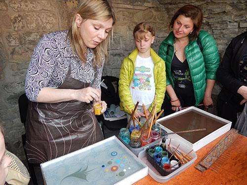 Традиційне турецьке мистецтво ебру – різновид живопису на воді – відтворює киянка Наталя Драгунова. За допомогою спеціального розчину, звичайного паперу та фарб з-під її рук народжуються дивовижні абстракції та пейзажі