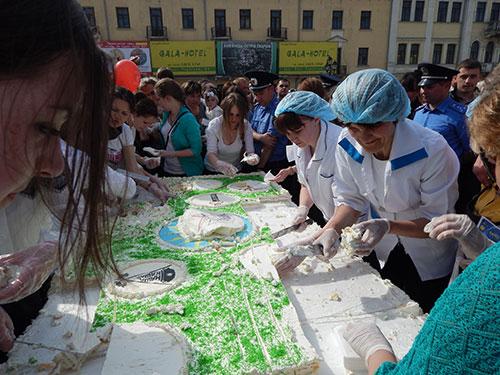 Туристів пригощали величезним тортом вагою сто кілограм