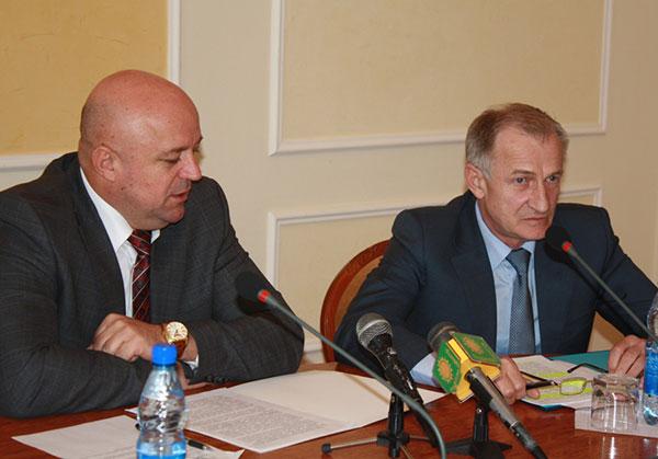 Василь Ядуха і Микола Дерикот (крайній з права).