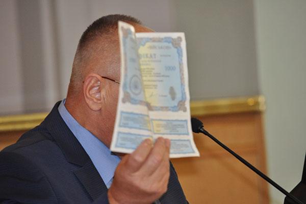 Олег Хавронюк хвалиться сертифікатом. Фото Віталія Тараненка