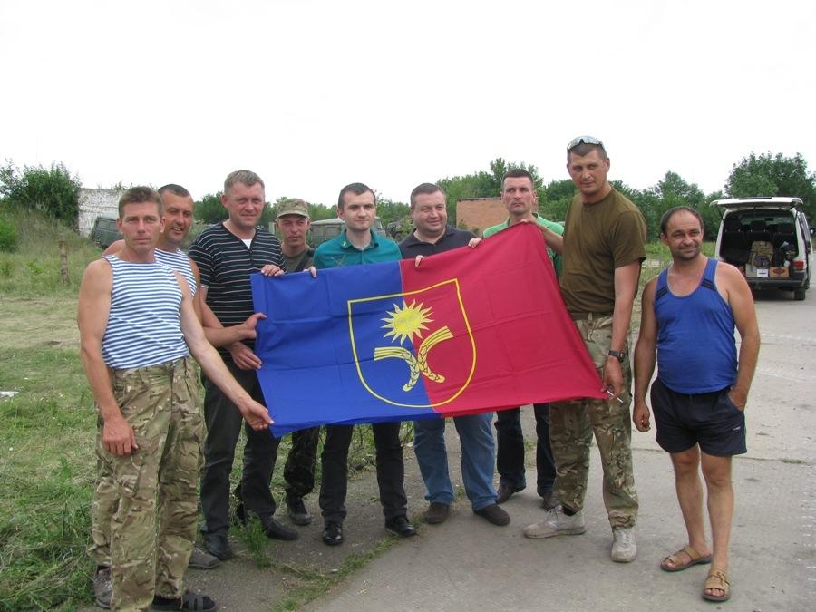 а це подарунок від мене і Гончара для наших десантників - прапор рідної Хмельниччини