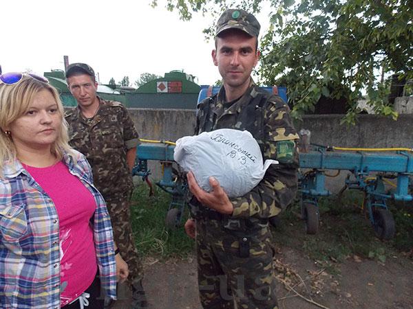 Матір солдата волонтерами передала йому каску