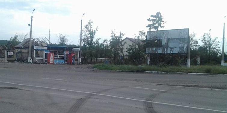 на в'їзді в Славянськ з боку Харкова, розгомлено все, воронки в асфальті на півметра