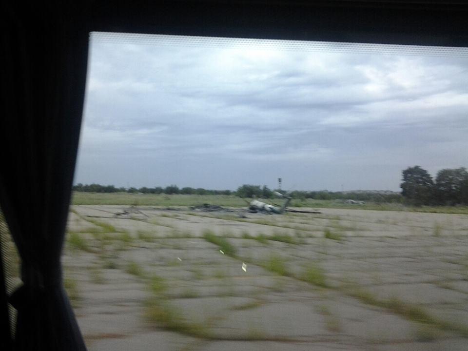 хвіст від вертольта на аеродромі в Краматорську