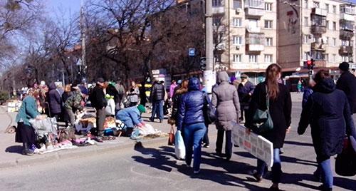 Стихійник ринок біля обласної філармонії. Фото ngp-ua.info