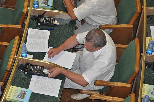 """Так виглядають """"пульти"""" для голосування депутатів облради. Фото Віталія Тараненка"""