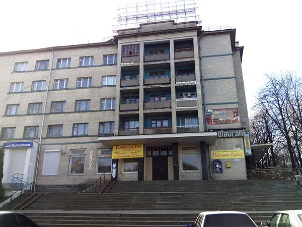 """Фасадний вигляд готелю """"Жовтневий"""". По боках нього розміщений ресторан. Фото НГП"""