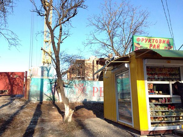 Перед самочинний будівництвом торгує кіоск фруктової мережі екс-голови облради. Фото НГП