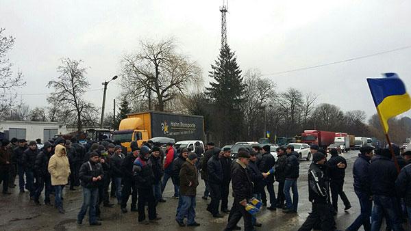 Перекриття дороги у смт Війтівці Волочиського району. Фото прес-служби Аграрної партії