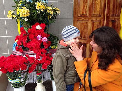 Дружина з сином Героя Співачука