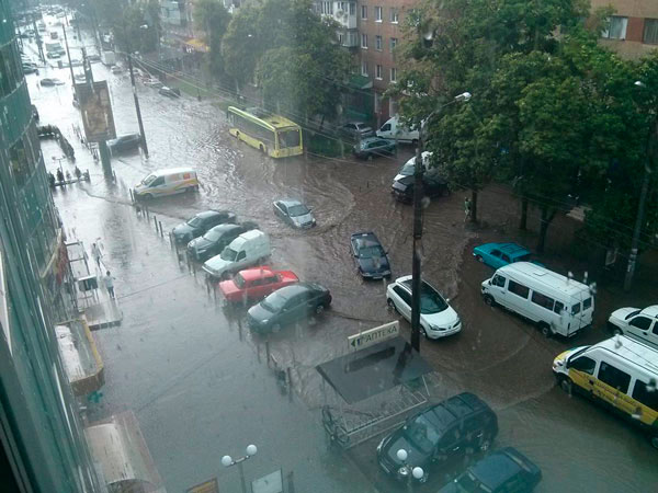 Півгодинна злива практично паралізувала рух Транспорту в Хмельницькому - фото 2