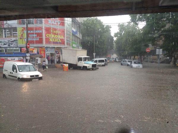 Півгодинна злива практично паралізувала рух Транспорту в Хмельницькому - фото 3