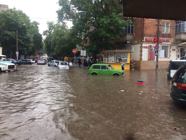 Півгодинна злива практично паралізувала рух Транспорту в Хмельницькому - фото 1
