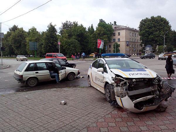 У Кам'янці-Подільському ДТП за участі поліцейської автівки - фото 1