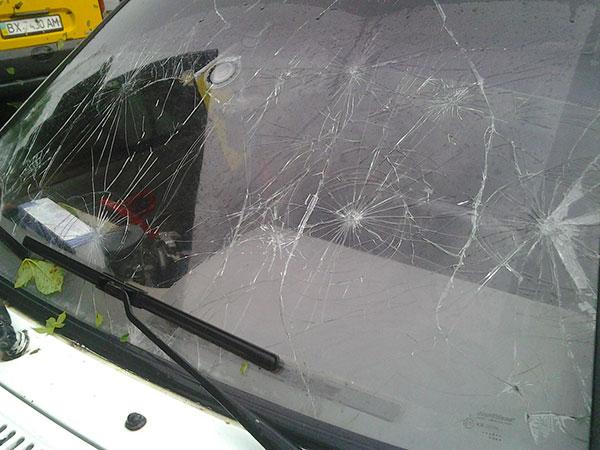Пошкоджена градом автівка у Городку. Фото Дмитра Воротного