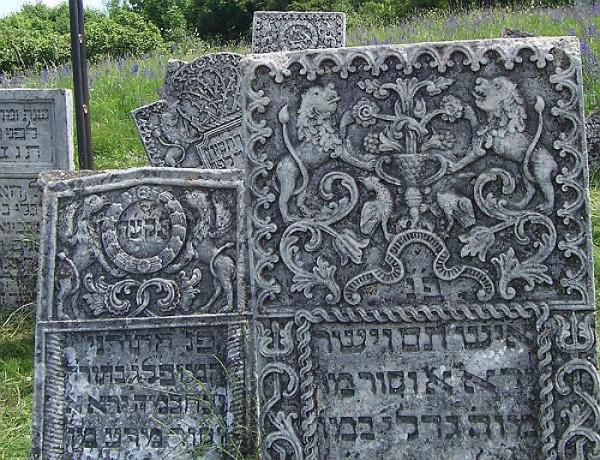 Один із надгробків на іудейському цвинтарі Сатанова