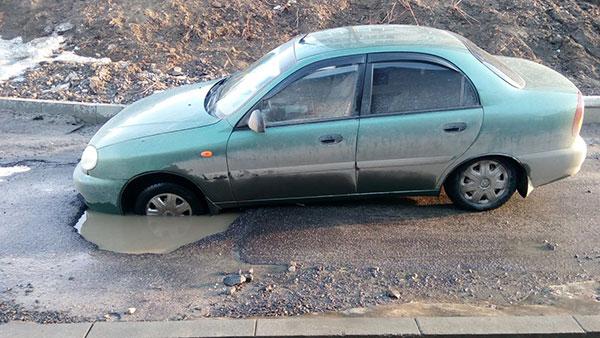 Автомобіль застряг на вул.Щербакова (М.Мазура). Фото з соцмереж