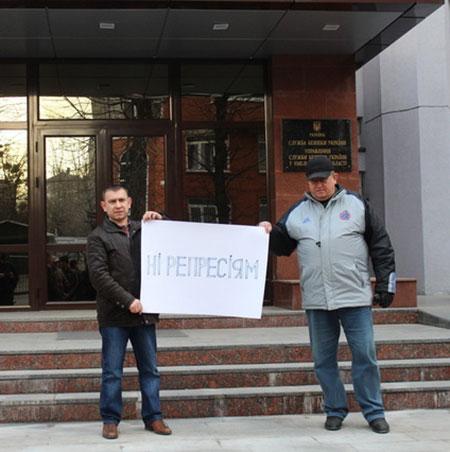 """Григорій Дерев'янчук (крайній зліва). Фото """"Є"""""""