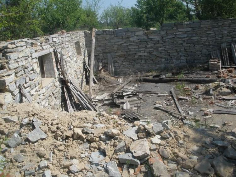 """На фото одна із розібраних військових будівель у селі Руда. Фото газеи """"Ключ"""""""