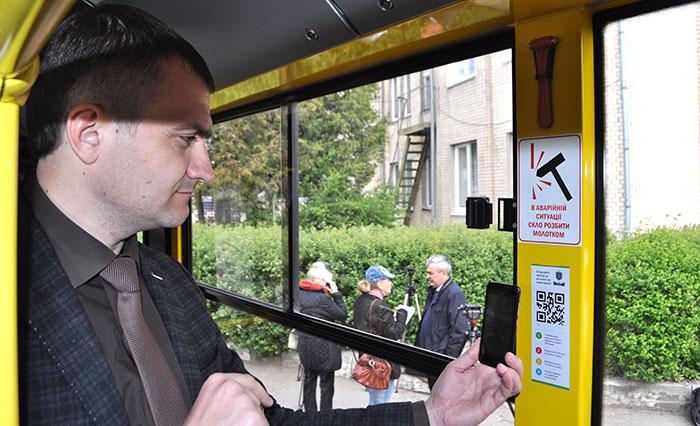 Мер показав, як користуватися оплатою проїзду за допомогою QR-коду. Фото Віталія Тараненка