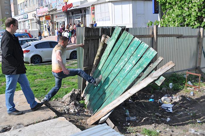 Знесення паркану на Кам'янецькій, 2а. Фото Віталія Тараненка