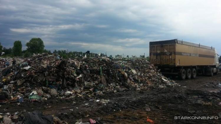 Фура з львівським сміттям у Старокостянтинові
