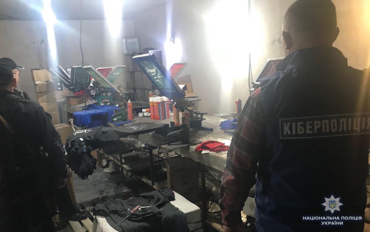 43ef91391 На Хмельниччині викрито швейні цехи, які незаконно виготовляли брендовий  одяг. Всі товари реалізовувалися через Інтернет