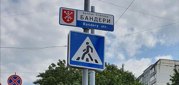 У Хмельницькому розпочали встановлювати покажчики назв вулиць із дубляжем латиною